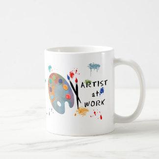 Artista en el trabajo taza básica blanca