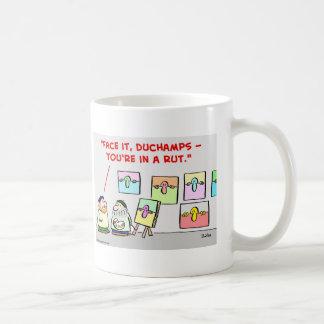 artista en una rodera taza de café