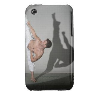 Artista marcial de sexo masculino que realiza el carcasa para iPhone 3