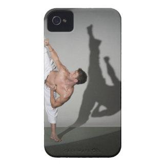 Artista marcial de sexo masculino que realiza el carcasa para iPhone 4 de Case-Mate