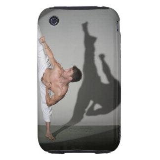 Artista marcial de sexo masculino que realiza el funda resistente para iPhone 3