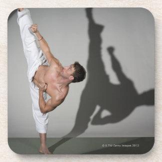 Artista marcial de sexo masculino que realiza el posavaso
