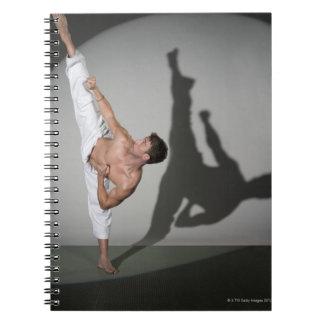 Artista marcial de sexo masculino que realiza el r cuaderno