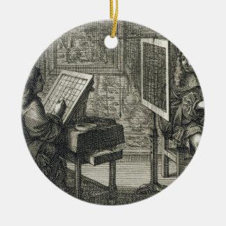 Artista que pinta un retrato sobre una rejilla adorno navideño redondo de cerámica