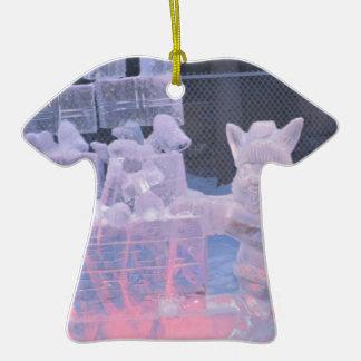 Artista que se divierte de la escultura de hielo adorno de cerámica en forma de camiseta