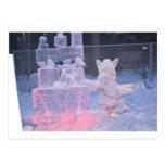 Artista que se divierte de la escultura de hielo postal