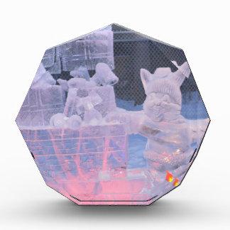 Artista que se divierte de la escultura de hielo