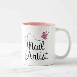 Artista rosado lindo del clavo de la mariposa taza