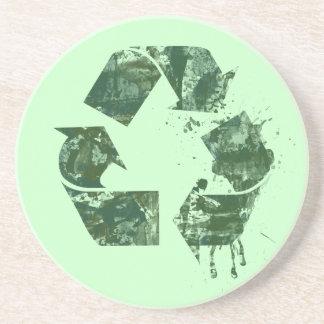 Artístico recicle el símbolo posavaso para bebida