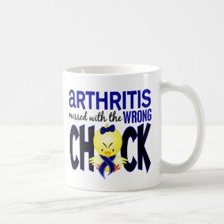 Artritis ensuciada con el polluelo incorrecto taza básica blanca