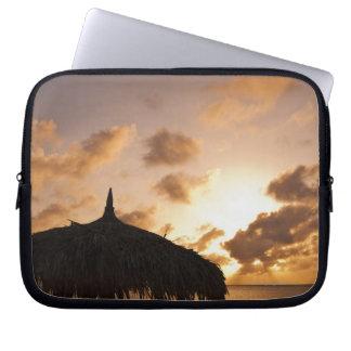 Aruba, silueta del palapa en la playa en la puesta funda portátil