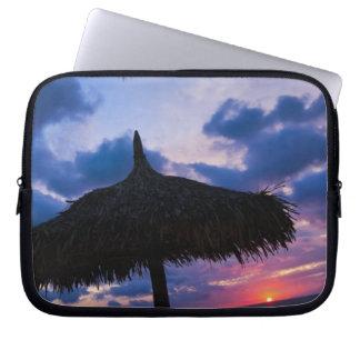 Aruba, silueta del palapa en la playa en la puesta mangas computadora