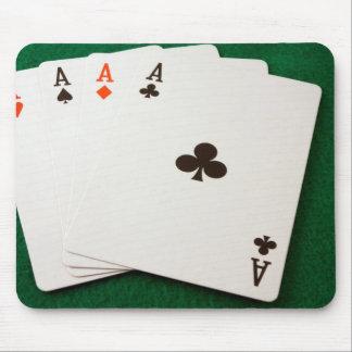 As de la mano que ganan cuatro alfombrillas de ratón