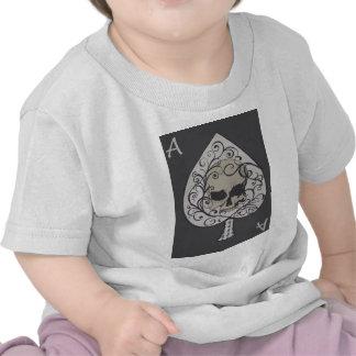 As del cráneo decorativo de las espadas camiseta