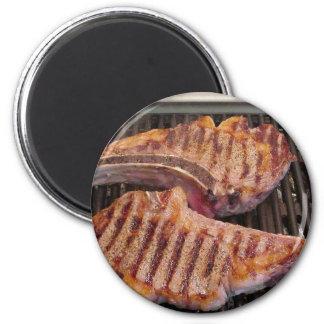 Asado a la parilla de la cena de la comida de los  iman de frigorífico