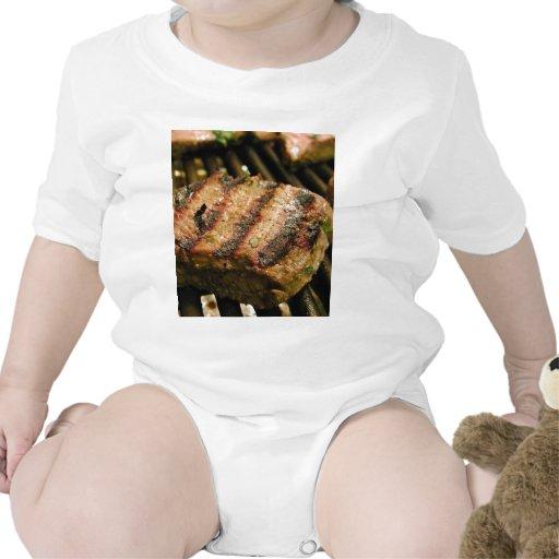 Asado a la parilla de la cena de la comida de los traje de bebé