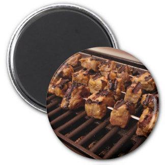Asado a la parilla de un poco de carne de vaca ado iman de frigorífico