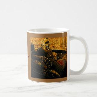Asalte con el arma el frasco y el álbum de la pis tazas de café