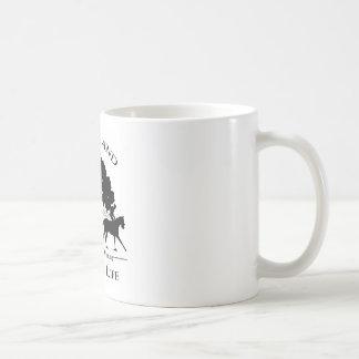 Asalte con el negro y el logotipo blanco de taza básica blanca
