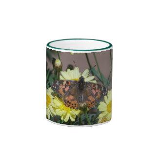 Asalte con la foto de la mariposa y de flores taza de dos colores