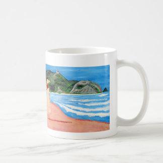 Asalte con painbting de la señora en una playa taza clásica
