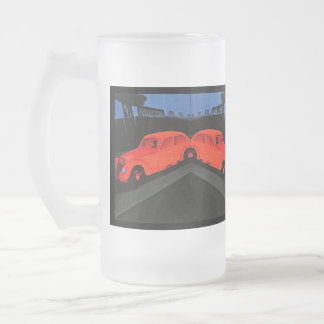 Asalte la nostalgia auto roja retra del viaje por  taza