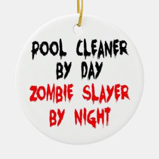 Asesino del zombi del limpiador de la piscina adorno navideño redondo de cerámica