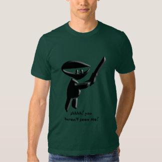 Asesino negro silencioso del ninja, armado y camisas