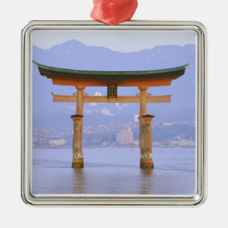 Asia, Japón, Hiroshima. Mivaiima. Puerta de Torii Adorno Cuadrado Plateado