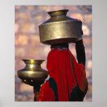 Asia, la India, Rajasthán. Una mujer local en un r Póster
