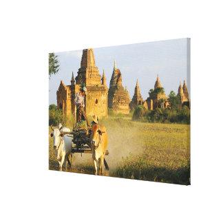 Asia, Myanmar (Birmania), Bagan (Pagan). Un carro  Impresion En Lona