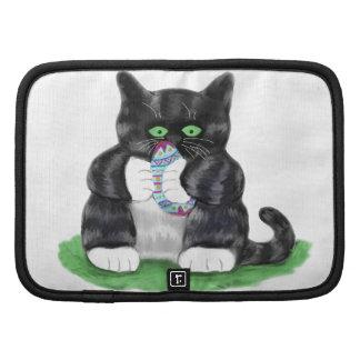 Asimientos gris oscuro del gatito del tigre planificador