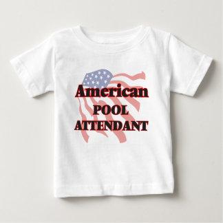Asistente americano de la piscina playera