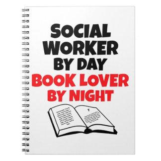 Asistente social del aficionado a los libros del d libros de apuntes con espiral