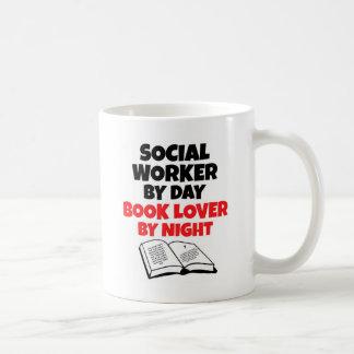 Asistente social del aficionado a los libros del taza de café