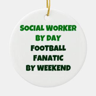 Asistente social del fanático del fútbol del día adorno navideño redondo de cerámica
