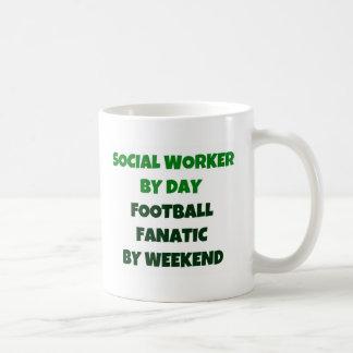 Asistente social del fanático del fútbol del día p tazas