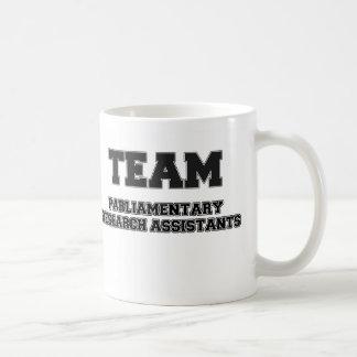 Asistentes de investigación parlamentarios del equ taza de café