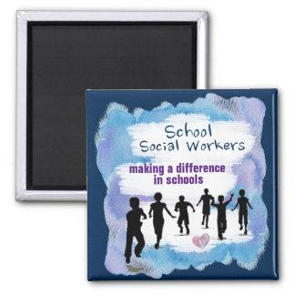 Asistentes sociales de la escuela que hacen un imán cuadrado