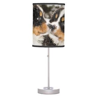 Aspiración de las marionetas del perro de montaña  lámpara de escritorio