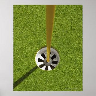 Asta de bandera y agujero amarillos del golf póster