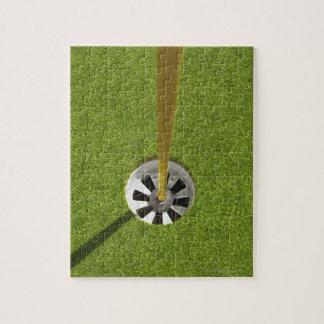 Asta de bandera y agujero amarillos del golf puzzles con fotos