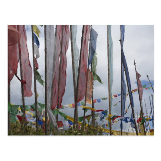 Astas de bandera de rogación en la montaña, paso postal