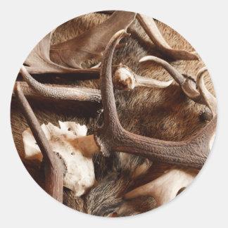 Astas de los alces de los alces de los ciervos que pegatina redonda