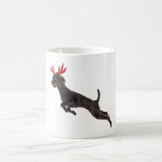 Astas negras del reno del perro de caniche de jugu tazas de café