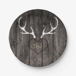 Astas rústicas de los ciervos y boda tallado del platos de papel