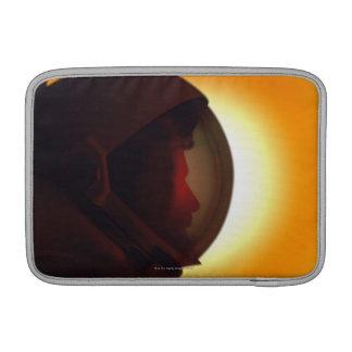 Astronauta con casco contra el Sun Funda Para MacBook