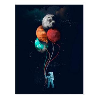 Astronauta con los globos del planeta tarjeta postal
