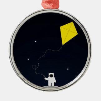 Astronauta con una cometa adorno redondo plateado