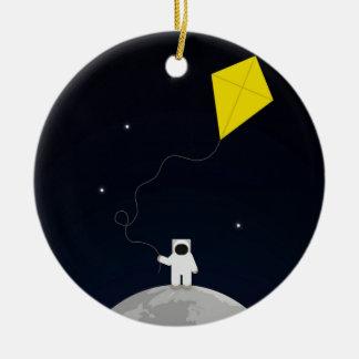 Astronauta con una cometa adorno redondo de cerámica